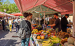 Frankreich, Provence-Alpes-Côte d'Azur, Nizza: Einkaufen in Nizza, z.B. Blumen, Obst und Gemuese auf dem Cours Saleya | France, Provence-Alpes-Côte d'Azur, Nice: shopping flowers, fruit and vegetables at Cours Saleya