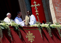 Papa Francesco si prepara ad impartire la benedizione 'Urbi et Orbi' dalla Loggia centrale della Basilica di San Pietro, in occasione della Pasqua, Citta' del Vaticano, 20 aprile 2014.<br /> Pope Francis prepares to deliver the 'Urbi et Orbi' blessing from the central balcony of St. Peter's Basilica on the occasion of the Easter Sunday, at the Vatican, 20 April 2014.<br /> UPDATE IMAGES PRESS/Isabella Bonotto<br /> <br /> STRICTLY ONLY FOR EDITORIAL USE