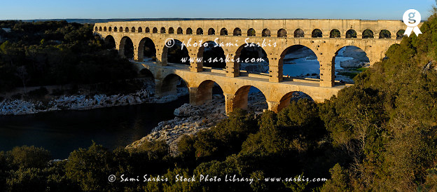 France, Marseille, Pont du Gard aqueduct, panoramic shot (Licence this image exclusively with Getty: http://www.gettyimages.com/detail/200553559-001)