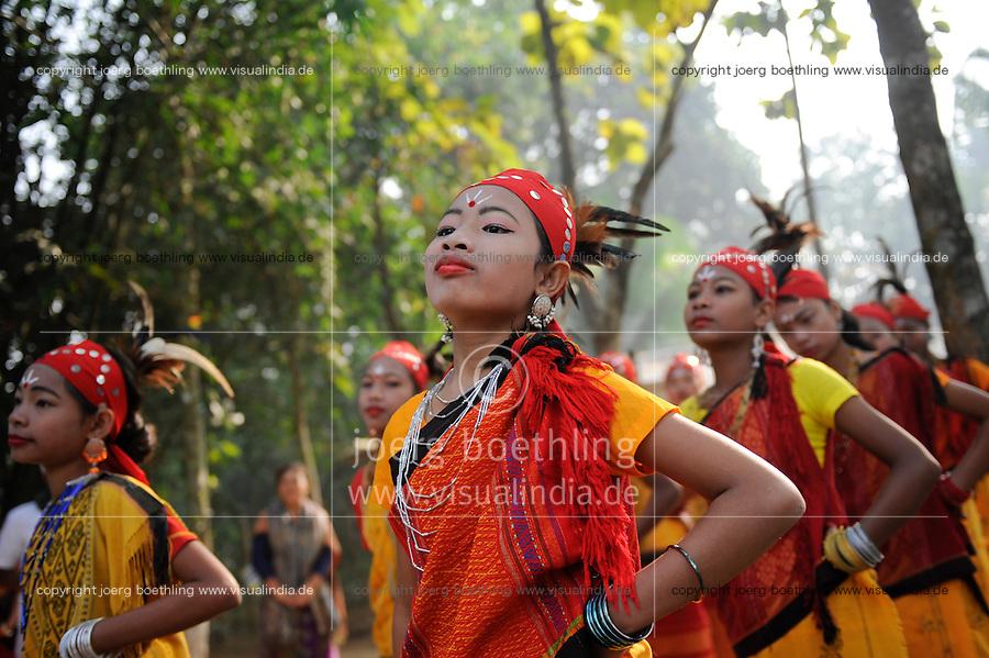 BANGLADESH Madhupur, Garo women dance at harvest festival Wangal, Garos is a ethnic and christian minority / BANGLADESCH Region Madhupur, Garo Frauen in traditioneller Kleidung tanzen zum Erntefest Wangala , Garo sind eine christliche u. ethnische Minderheit