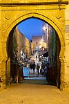 Marokko, Region Marrakesch-Tensift-El Haouz, Essaouira an der Atlantikkueste: Rue de la Skala in der Medina am Abend | Morocco, Region Marrakesh-Tensift-El Haouz, Essaouira at the Atlantic Coast: Rue de la Skala in the medina at night