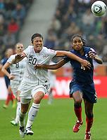 """ATENÇÃO FOTO ARQUIVO: Da jogadora norte-americana Abby Wambach, está entre as finalistas da Bola de Ouro, premiação oferecida pela revista """"France Football"""" e pela Fifa para os melhores da temporada. - MONCHENGLADBACH, ALEMANHA, 13 DE JULHO DE 2011 - COPA DO MUNDO FIFA FUTEBOL FEMINININO - FRANCA X ESTADOS UNIDOS - Abby Wambach (e) jogadora dos Estados Unidos durante lance de partida contra a Franca em jogo pelas semi-finais da Copa do Mundo Fifa de Futebol Feminino, no  Stadion Im Borussia-Park na cidade de Monchengladbach, nesta quarta-feira (13). (FOTO: WILLIAM VOLCOV - NEWS FREE)."""