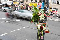 1. im Strassenverkehr getoetete Radfahrerin in 2018.<br /> Am Dienstag den 23. Januar 2018 wurde auf dem Kaiser-Wilhelm-Platz in Berlin-Schoeneberg eine 52-jaehrige Frau von einem rechts abbiegenden Lastwagen ueberfahren. Sie starb noch an der Unfallstelle.<br /> Im Bild: Menschen haben Blumen an der Ampel angebracht, an welcher der toedliche Unfall passiert ist.<br /> 24.1.2018, Berlin<br /> Copyright: Christian-Ditsch.de<br /> [Inhaltsveraendernde Manipulation des Fotos nur nach ausdruecklicher Genehmigung des Fotografen. Vereinbarungen ueber Abtretung von Persoenlichkeitsrechten/Model Release der abgebildeten Person/Personen liegen nicht vor. NO MODEL RELEASE! Nur fuer Redaktionelle Zwecke. Don't publish without copyright Christian-Ditsch.de, Veroeffentlichung nur mit Fotografennennung, sowie gegen Honorar, MwSt. und Beleg. Konto: I N G - D i B a, IBAN DE58500105175400192269, BIC INGDDEFFXXX, Kontakt: post@christian-ditsch.de<br /> Bei der Bearbeitung der Dateiinformationen darf die Urheberkennzeichnung in den EXIF- und  IPTC-Daten nicht entfernt werden, diese sind in digitalen Medien nach §95c UrhG rechtlich geschuetzt. Der Urhebervermerk wird gemaess §13 UrhG verlangt.]