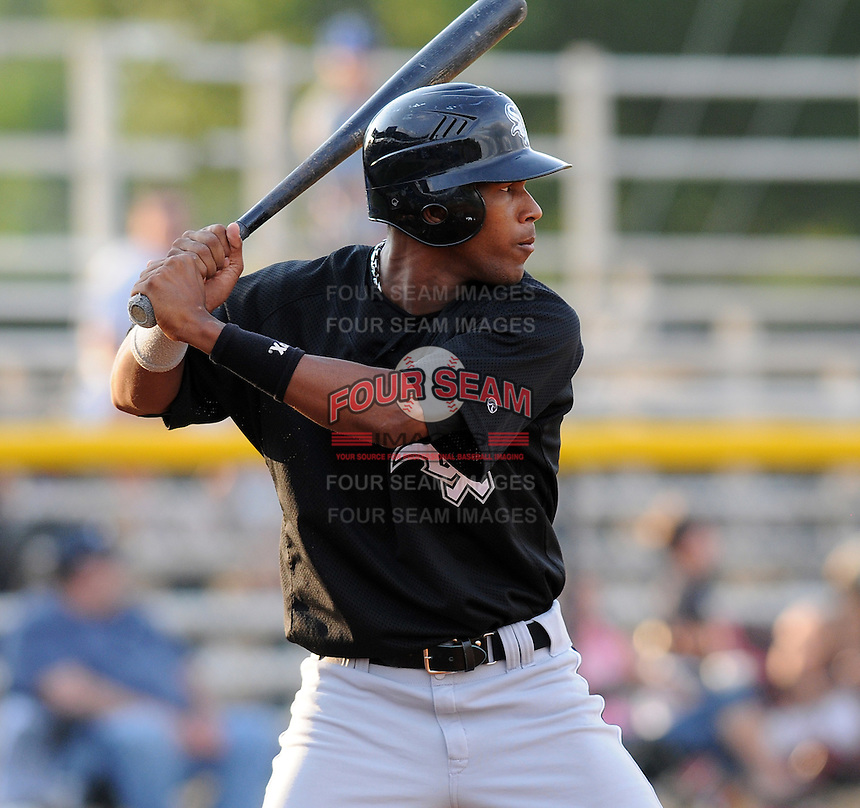 July 22, 2009: Misael Tavarez of the Bristol White Sox, rookie Appalachian League affiliate of the Chicago White Sox, prior to a game at Burlington Athletic Stadium in Burlington, N.C. Photo by: Tom Priddy/Four Seam Images