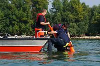 Boot der FFW Raunheim bei der Ausbildung zur Menschenrettung mit dem 40 kg Dummy im Rhein mit Ausbilder Oskar Puch (rote Hose), Simon Fuhr (vorn, Amt für Brandschutz MTK) und Maurice Eisenmann (FFW Raunheim)  - Ginsheim-Gustavsburg 18.09.2021: Bootsführerausbildung des Katastrophenschutz MTK