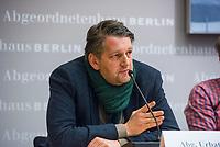 """6. Sitzung des 2. Untersuchungsausschusses <br /> der 18. Wahlperiode des Berliner Abgeordnetenhaus - """"BER II"""" - am Freitag den 23. November 2018.<br /> Der Ausschuss soll die Ursachen, Konsequenzen und Verantwortung fuer die Kosten- und Terminueberschreitungen des im Bau befindlichen Flughafens """"Berlin Brandenburg Willy Brandt"""" aufklaeren.<br /> Als oeffentlicher Tagesordnungspunkt war die Beweiserhebung durch Vernehmung des Zeugen Hartmut Mehdorn vorgesehen. Mehdorn war Chef der Flughafengesellschaft Berlin Brandenburg, FBB.<br /> Im Bild: Pressekonferenz der Sprecher der Fraktionen und der Ausschussvorsitzenden. Hier: Marc Urbatsch, Buendnis 90/Die Gruenen.<br /> 23.11.2018, Berlin<br /> Copyright: Christian-Ditsch.de<br /> [Inhaltsveraendernde Manipulation des Fotos nur nach ausdruecklicher Genehmigung des Fotografen. Vereinbarungen ueber Abtretung von Persoenlichkeitsrechten/Model Release der abgebildeten Person/Personen liegen nicht vor. NO MODEL RELEASE! Nur fuer Redaktionelle Zwecke. Don't publish without copyright Christian-Ditsch.de, Veroeffentlichung nur mit Fotografennennung, sowie gegen Honorar, MwSt. und Beleg. Konto: I N G - D i B a, IBAN DE58500105175400192269, BIC INGDDEFFXXX, Kontakt: post@christian-ditsch.de<br /> Bei der Bearbeitung der Dateiinformationen darf die Urheberkennzeichnung in den EXIF- und  IPTC-Daten nicht entfernt werden, diese sind in digitalen Medien nach §95c UrhG rechtlich geschuetzt. Der Urhebervermerk wird gemaess §13 UrhG verlangt.]"""