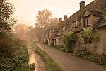 Grossbritannien, England, Gloucestershire, Bibury: Arlington Row im Morgennebel | Great Britain, England, Gloucestershire, Bibury: Arlington Row in dawn fog. (National Trust owned cottages).