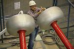 Foto: VidiPhoto..ARNHEM - In het High Voltage Laboratory van Kema in Arnhem wordt een nieuw soort hoogspanningskabel getest. De proef die drie weken duurt, gebeurt in opdracht van een Egyptisch bedrijf. De kabels met een dikkere geleidedoorsnee hebben een grotere capaciteit en een lagere kostprijs, waardoor bespaard kan worden op het transport van electriciteit. Zo'n 95 procent van de tests bij Kema is voor buitenlandse opdrachtgevers.