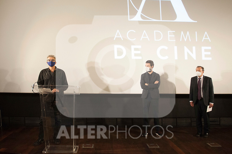 Spanish actor Javier Rey (c), the president of the Academy Mariano Barroso (l) and the notary Federico Garayalde Niño announce the films that aspire to represent Spain at the 93rd edition of the Oscars. October 6, 2020. (ALTERPHOTOS/Ricardo Blanco)