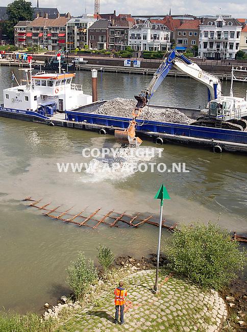 10-06-2015 - Deventer - Foto Ruben Meijerink / APA FOTO<br /> In het kader van het project ruimte voor de rivier is de Combinatie IJsselfront gisteren begonnen met de aanleg van zeven eilandkribben in de IJssel bij Deventer.