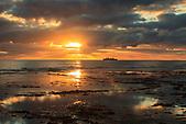 Lever du jour sur Poindimié et l'îlot Tibarama, Nouvelle-Calédonie