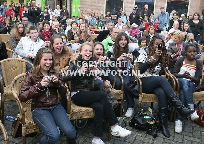 Rhenen 290408 Het publiek  bij het AVRO junior songfestival in Ouwehands dierenpark.<br /> Foto Frans Ypma APA-foto