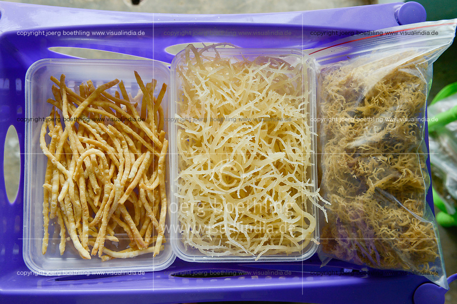 TANZANIA, Zanzibar, women cooperative process food products from seaweed as income generating project  / TANSANIA, Sansibar, Frauenkooperative stellt aus roten Seealgen Snack Produkte zur Einkommensförderung her