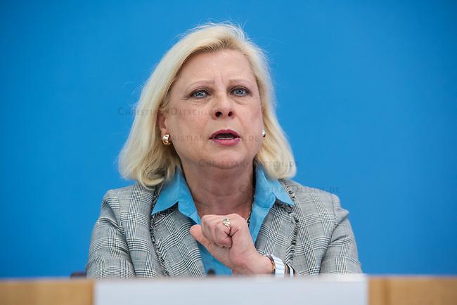 Fraktionsuebergreifend stellten am Montag den 6. Mai 2019 Bundestagsabgeordneten Annalena Baerbock, Bundesvorsitzende Buendnis 90 / Die Gruenen; Katja Kipping, Parteivorsitzende der Linkspartei; Christine Aschenberg-Dugnus, gesundheitspolitische Sprecherin der FDP-Bundestagsfraktion; Hilde Mattheis, SPD (im Bild) und Karin Maag, gesundheitspolitische Sprecherin der CDU/CSU-Bundestagsfraktion einen alternativen Gesetzentwurf zur Organspende vor. Im Gegensatz zum Organspendegesetz von Gesundheitsminister Jens Spahn, setzten die Abgeordneten auf Freiwilligkeit zur Organspende und nicht auf die automatische Zustimmung, wenn kein Widerspruch vorliegt.<br /> 6.5.2019, Berlin<br /> Copyright: Christian-Ditsch.de<br /> [Inhaltsveraendernde Manipulation des Fotos nur nach ausdruecklicher Genehmigung des Fotografen. Vereinbarungen ueber Abtretung von Persoenlichkeitsrechten/Model Release der abgebildeten Person/Personen liegen nicht vor. NO MODEL RELEASE! Nur fuer Redaktionelle Zwecke. Don't publish without copyright Christian-Ditsch.de, Veroeffentlichung nur mit Fotografennennung, sowie gegen Honorar, MwSt. und Beleg. Konto: I N G - D i B a, IBAN DE58500105175400192269, BIC INGDDEFFXXX, Kontakt: post@christian-ditsch.de<br /> Bei der Bearbeitung der Dateiinformationen darf die Urheberkennzeichnung in den EXIF- und  IPTC-Daten nicht entfernt werden, diese sind in digitalen Medien nach §95c UrhG rechtlich geschuetzt. Der Urhebervermerk wird gemaess §13 UrhG verlangt.]