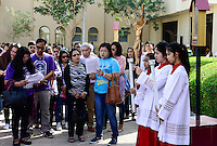 QATAR, Doha, religious complex with churches, filipino migrant worker going to mass on friday / KATAR, Doha, Religionskomplex mit Kirchen am Stadtrand, katholische Kirche, philippinische Gastarbeiter in Tagalog Messe am Freitag, Kreuzgang