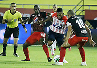 BARRANQUILLA-COLOMBIA, 14-10-2020: Luis Gonzalez de Atletico Junior y Carlos Sierra, Juan Pablo Segovia de America de Cali disputan el balon, durante partido entre Atletico Junior y America de Cali, de la fecha 14 por la Liga BetPlay DIMAYOR 2020 jugado en el estadio Metroplitano Roberto Melendez de la ciudad de Barranquilla. / Luis Gonzalez of Atletico Junior and Carlos Sierra, Juan Pablo Segovia of America de Cali battle for the ball, during a match between Atletico Junior and America de Cali of the 14th date for the BetPlay DIMAYOR Leguaje 2020 played at the Metroplitano Roberto Melendez Stadium in Barranquilla city. / Photo: VizzorImage / Jesus Rico / Cont.