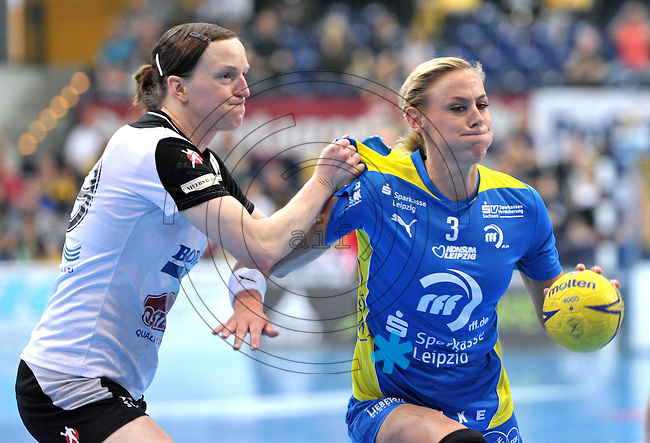 Handball Bundesliga Frauen - Playoff Finale um die deutsche Meisterschaft. Zum Hinspiel empfängt der Handballclub Leipzig (HCL) den Thüringer HC (THC). .IM BILD: Maura Visser (HCL) am Ball gegen Katrin Engel (THC) .Foto: Christian Nitsche