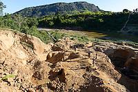 MADAGASCAR, region Manajary, town Vohilava, small scale gold mining / MADAGASKAR Mananjary, Vohilava, kleingewerblicher Goldabbau, Familien graben einen neuen Stollen