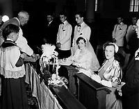 Mariage catholique,dans les annees cinquantes (date inconnue) - signature des registres<br /> <br /> PHOTO :  Agence Quebec Presse