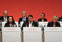 SPD Bundesparteitag im Congress Center Leipzig (CCL) an der Neuen Messe in Leipzig vom 14.11.-16.11.2013 - im Bild: Andrea Nahles (l.), Sigmar Gabriel, Hannelore Kraft (r.).<br />  Foto: Norman Rembarz