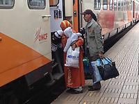 Marocco, famiglia con neonato sale sul treno<br /> Morocco, family on the strain at the train station