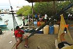 Les pecheurs du port de peche Puerto ayora se reposent entre deux sorties Isla Isabela Galapagos