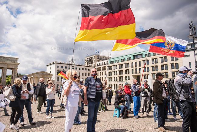 """Die der Gruppierung """"Patriotic Opposition Europe"""" des italienischen Rechtsextremisten Eric Graziani Gruenwald veranstaltete am Samstag den 6. Juni 2020 auf dem Pariser Platz in Berlin-Mitte eine Kundgebung um fuer """"Grundrechte"""" zu demonstrieren. Es wurden Reden gehalten, die zum Widerstand gegen die Bundesregierung und Angela Merkel aufriefen und in denen die Covid 19-Pandemie und die Massnahmen zur Eindaemmung der Pandemie als Verschwoerung gegen die Bevoelkerung bezeichnet wurden und die Bevoelkerung mit Zwangsimpfungen, der 5G-Mobilfunktechnik sowie durch Bill Gates unterdrueckt werden soll. <br /> Es kamen ca. 60 Menschen aus verschiedenen Bundeslaendern.<br /> Im Bild: Ein Paar mit Deutschlandfahnen. Auf ihren T-Shirts stehen Passagen des Grundgesetz (Artikel 1 und Artikel 20.4) und der Zusatz """"Ich leisete Widerstand"""". <br /> 6.6.2020, Berlin<br /> Copyright: Christian-Ditsch.de<br /> [NUR FUER REDAKTIONELLE ZWECKE! Werbung nur auf Anfrage beim Fotografen. Inhaltsveraendernde Manipulation des Fotos nur nach ausdruecklicher Genehmigung des Fotografen. Vereinbarungen ueber Abtretung von Persoenlichkeitsrechten/Model Release der abgebildeten Person/Personen liegen nicht vor. NO MODEL RELEASE! Don't publish without copyright Christian-Ditsch.de, Veroeffentlichung nur mit Fotografennennung, sowie gegen Honorar, MwSt. und Beleg. Konto: I N G - D i B a, IBAN DE58500105175400192269, BIC INGDDEFFXXX, Kontakt: post@christian-ditsch.de<br /> Bei der Bearbeitung der Dateiinformationen darf die Urheberkennzeichnung in den EXIF- und  IPTC-Daten nicht entfernt werden, diese sind in digitalen Medien nach §95c UrhG rechtlich geschuetzt. Der Urhebervermerk wird gemaess §13 UrhG verlangt.]"""