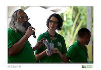 Rubens Gomes do GTA fala as lideraças comunitárias em Vila São João Batista, no igarapé do Macaco, local do III Encontrão.<br /> <br /> Com a criação da Convenção sobre Diversidade Biológica - CDB -  tratado da Organização das Nações Unidas,  e a ratificação do protocolo de Nagoia em  2010,   se inicia um processo de organização para os  Povos e Comunidades Tradicionais em  busca de maior  qualidade de vida não apenas na Amazônia, mas em todo  mundo. <br /> <br /> Assim, em dezembro de 2013 a Rede Grupo de Trabalho Amazônico – GTA, em parceria com a Regional GTA/Amapá, o Conselho Comunitário do Bailique, Colônia de Pescadores Z-5, IEF, CGEN/DPG/SBF/MMA, juntamente com 36 comunidades do Arquipélago do Bailique, inicia o processo de criação do primeiro protocolo comunitário na Amazônia, instrumento que regula relações comerciais amparado por leis ambientais, estabelecendo o mercado justo, proteção da biodversidade,  entre outros . <br /> <br /> Desta forma, após dezenas de encontros, debates e oficinas,  as Comunidades Tradicionais do Bailique, articuladas pelo GTA,  se reuniram durante os dias 26, 27 e 28 de fevereiro, onde os moradores, em assembléia geral ordinária, definiram sua personalidade jurídica   criando uma associação para atuação comercial, votando seu estatuto e estabelecendo os diversos grupos de trabalho necessários para a gestão do Protocolo Comunitário.<br /> <br /> O encontro na comunidade São João Batista no furo do macaco(igarapé que dá acesso a vila), foz do Amazonas, recebeu cerca de 100 lideranças de 28 comunidades  nestes dias , que chegavam de barcos e canoas acompanhados por suas famílias<br /> <br /> Durante o debate,  representantes  do Ministério do Meio Ambiente, Ministério Público Federal, Fundação Getúlio Vargas, Embrapa e Conab esclareciam dúvidas e indicavam caminhos para fortalecer o primeiro protocolo comunitário na Amazônia.<br /> Arquipélago do Bailique, Vila São João Batista, Macapá, Amapá, Brasil.<br /> Foto Paulo Santos<br /> 