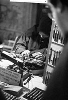Milano, quartiere Sant'Ambrogio. Fiera degli Oh Bej! Oh Bej!, tradizionale mercatino del periodo natalizio milanese. Un artigiano vende penne con incisione del proprio nome --- Milan, Sant'Ambrogio district. Oh Bej! Oh Bej!, traditional Milanese Christmas fair. An artisan selling pens with name engraving
