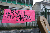 SÃO PAULO, SP, 25.09.2020: CLIMA-POLUIÇÃO-AR-SP - Manifestantes fazem um ato Global pelo Clima e em defesa do Meio Ambiente, na sede do Ibama na alameda Tietê, zona oeste de São Paulo, nesta sexta-feira, 25. O ato é em defesa dos biomas e dos povos originários, contra as queimadas e contra o desmonte das políticas e órgãos de defesa ambiental do país. (Foto: Fábio Vieira/FotoRua)