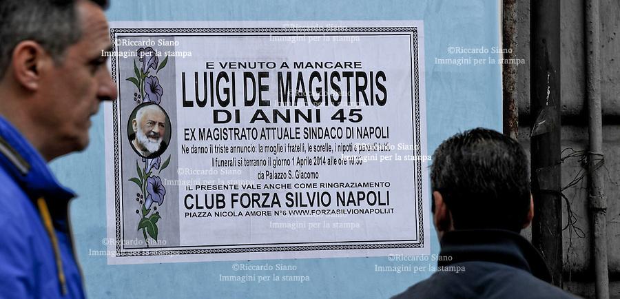 """- NAPOLI 1 APR  2014 - """"E' venuto a mancare Luigi de Magistris"""". Manifesti funebri in tutta la città. E' un pesce d'aprile"""