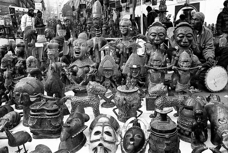 Milano, quartiere Sant'Ambrogio. Fiera degli Oh Bej! Oh Bej!, tradizionale mercatino del periodo natalizio milanese. Un venditore di statuette africane --- Milan, Sant'Ambrogio district. Oh Bej! Oh Bej!, traditional Milanese Christmas fair. A seller of African statuettes