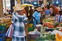 France/DOM/Martinique/ Saint-Pierre: le marché Antillaises en costume traditionnel