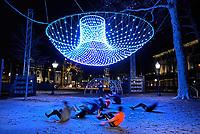 Nederland Amsterdam - december 2018. Amsterdam Light Festival. Mensen zijn aan het sporten onder The Parabolic Lightcloud.  Foto Berlinda van Dam / Hollandse Hoogte