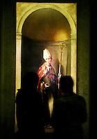 """Visitatori della mostra sul pittore Sebastiano Del Piombo ammirano l'olio su tela """"San Ludovico di Tolosa"""" (1510-1511 circa) a Palazzo Venezia, Roma, 19 marzo 2008.. UPDATE IMAGES PRESS/Riccardo De Luca"""