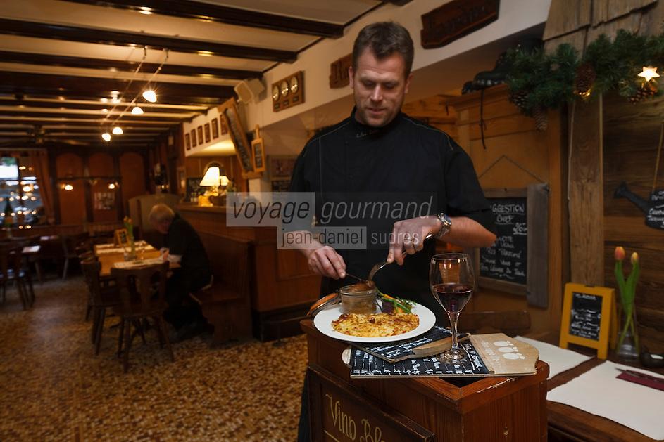 Europe/Suisse/Valais/Champéry: Julien Texier chef du restaurant: Le Nord et l'Atelier Gourmand déguste un rösti [Non destiné à un usage publicitaire - Not intended for an advertising use]