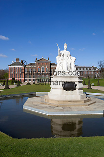 Great Britain, England, London: Kensington Palace, home of Prince William and Kate Middleton, with statue of Queen Victoria from 1837 | Grossbritannien, England, London: Kensington Palace and gardens, home of Prince William and Kate Middleton, Queen Victoria Statue von 1837