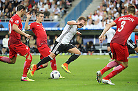 Mario Götze (D) gegenGrzegorz Krychowiak und Krzysztof Maczynski (POL) - EM 2016: Deutschland vs. Polen, Gruppe C, 2. Spieltag, Stade de France, Saint Denis, Paris