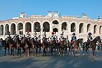 Italy, Veneto, Province Capital Verona: mounted Carabinieri in traditional uniform in front of Amphitheatre Arena di Verona | Italien, Venetien, Provinzhauptstadt Verona: Carabinieri zu Pferde mit traditioneller Uniform vor dem Amphitheater Arena di Verona