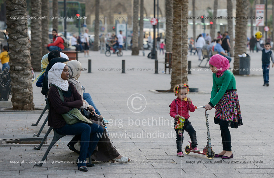 LEBANON, Beirut, Corniche sea promenade, lebanese family with african domestic worker and house maid / LIBANON, Beirut,Corniche, Uferpromenade am Mittelmeer, Familie mit afrikanischem Hausmädchen