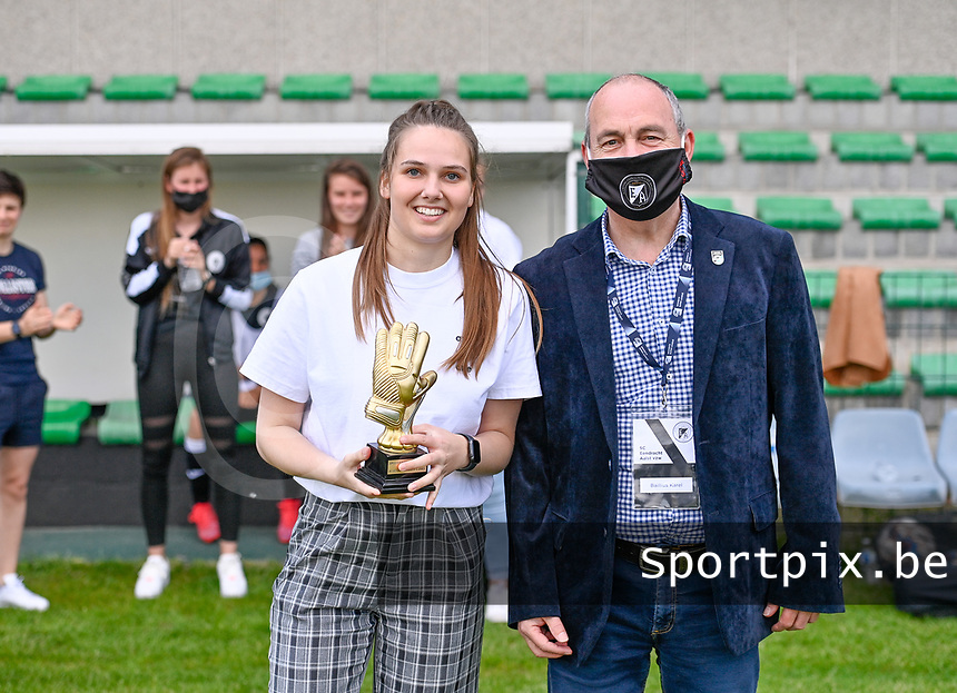 goalkeeper Silke Baccarne pictured receiving the trophee of best player of the season of Eendracht Aals during a female soccer game between Eendracht Aalst and Racing Genk on the 10 th and last matchday of play off 2 of the 2020 - 2021 season of Belgian Scooore Womens Super League , Saturday 29 st of May 2021 in Aalst , Belgium . PHOTO SPORTPIX.BE | SPP | DAVID CATRY