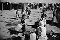 Turquie 1998.A quelques kilomètres d'Izmir, dans un camp de carton et plastique vivent depuis 4 ans plusieurs dizaines de familles de saisonniers kurdes..Turkey 1998.Near Izmir, Kurdish seasonal workers live in shantytowns