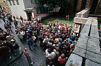 LETTLAND, 21.08.1991.Riga.Waehrend des Anti-Gorbatschow-Putsches versuchen sowjetische Truppen, die Kontrolle ?ber Riga zu erhalten, mit dem Scheitern des Putsches gewinnt Lettland endgueltig seine Unabhaengigkeit. Ð Menschen an der Parlamentsbarrikade in der Jekaba iela.   During the anti-Gorbachev-coup Soviet troops try to obtain control of Riga. With the failure of the coup Latvia finally regains its independence. - People gather at the parlamental barricade in Jekaba street..© Martin Fejer/EST&OST