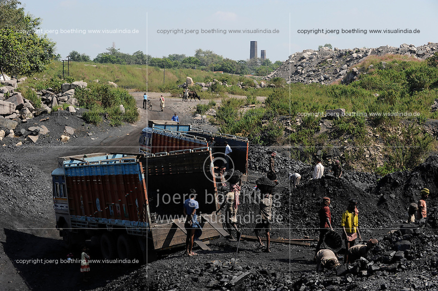INDIA Dhanbad, underground coal mining of BCCL Ltd. a company of COAL INDIA, loading of coal on trucks / INDIEN Dhanbad, Kohle Untertagebergwerk von BCCL Ltd., Verladung der gefoerderten Kohle auf LKW