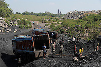 INDIA Dhanbad, underground coal mining of BCCL Ltd. a company of COAL INDIA, loading of coal on trucks / INDIEN Dhanbad, Kohle Untertagebergwerk von BCCL Ltd., Verladung der gefoerderten Kohle auf LKW