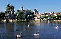Europe/France/Ile-de-France/77/Seine-et-Marne/Moret-sur-Loing: le village le pont sur la vallée du Loing et les moulins sur l'Ile