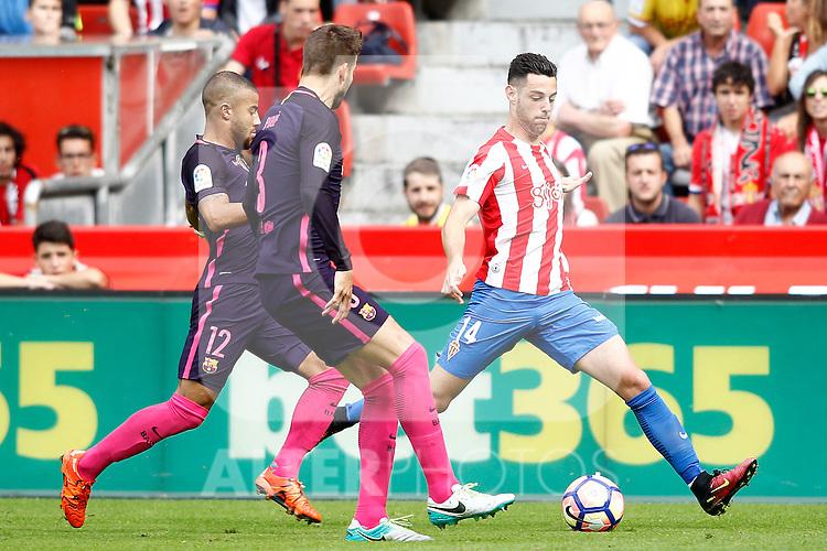 Sporting de Gijon's Burgui (r) and FC Barcelona's Rafinha Alcantara (l) and Gerard Pique during La Liga match. September 24,2016. (ALTERPHOTOS/Acero)