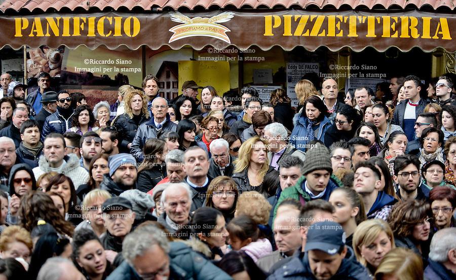 - NAPOLI  21 FEB    2014 - Casalnuovo, rabbia ai funerali del commerciante suicida<br /> Eduardo De Falco si è ucciso a 43 anni dopo aver ricevuto una multa di duemila euro dall'Ispettorato del lavoro per la presenza della moglie, priva di regolare contratto, nella sua pizzeria .