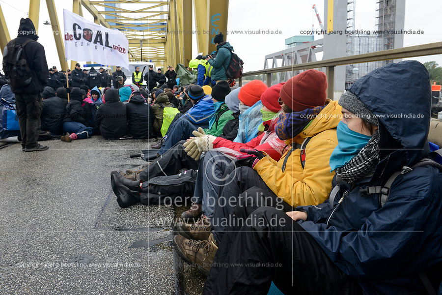 GERMANY, Hamburg , activists of  deCOALonize europe block the Kattwyk bridge near coal power station Moorburg to protest against coal burning and hard coal imports / DEUTSCHLAND, Hamburg, Aktivisten des Buendnis deCOALonize europe blockieren die Kattwyk Bruecke am Kohlekrafttwerk Moorburg aus Protest gegen Kohlekraft und Import Kohle aus fragwürdigen Kohleabbaugebieten in Russland, Kolumbien etc