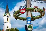 Deutschland, Bayern, Oberpfalz, Naturpark Oberer Bayerischer Wald, Koetztinger Land, Bad Koetzting: Kneippheilbad, Kurort und Standort der ersten deutschen Klink fuer traditionelle chinesische Medizin (TCM) sowie einiger Reha-Kliniken, hier der Turm der St. Veitskirche und Maibaum | Germany, Bavaria, Upper Palatinate, Nature Park Upper Bavarian Forest, Bad Koetzting: spa, resort and town with the first German clinic for traditional Chinese medicine (TCM), tower of St. Veits church and may pole